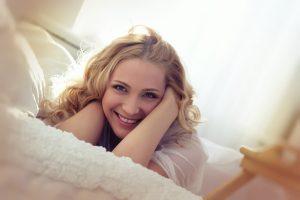 אישה על המיטה